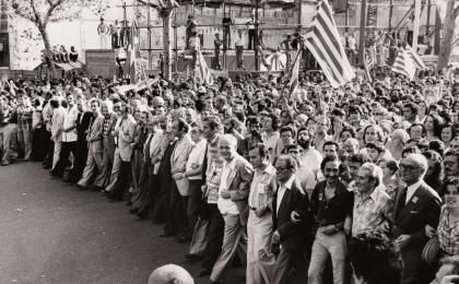 Capçalera de la manifestació de l'Onze de Setembre de 1977. Pérez de Rozas. AFB.