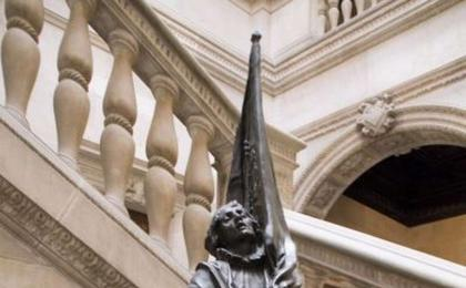 Còpia de l'estàtua de Rafael Casanova al pati de la Casa de la Ciutat. J. Gri. AFB.